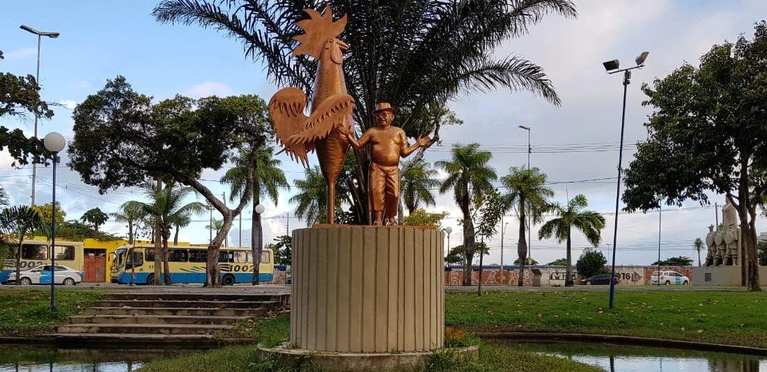 """Estátua """"Enéas e o Galo"""" é restaurada e recebe nova locação na Praça Sérgio Loreto"""