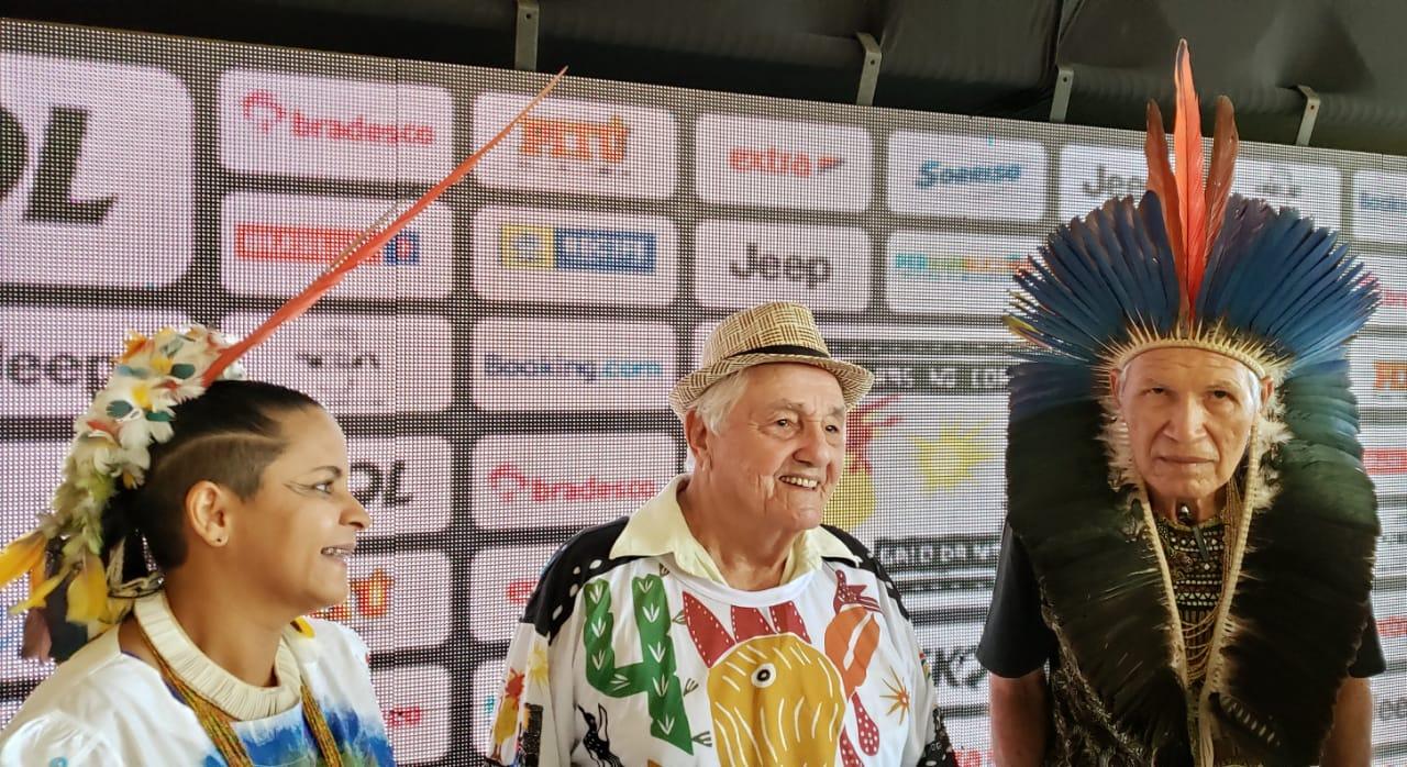 """Mestre J. Borges assina a camisa oficial do Galo da Madrugada no 43° desfile da agremiação: """"Xilogravuras no Cordel do Frevo"""""""